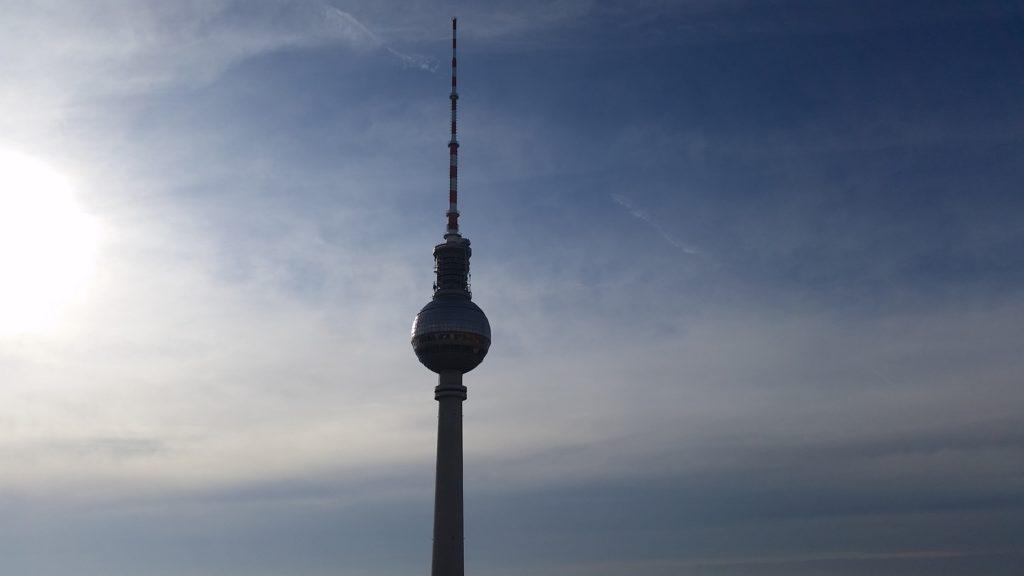 Berliner Fernsehturm blauer Himmel
